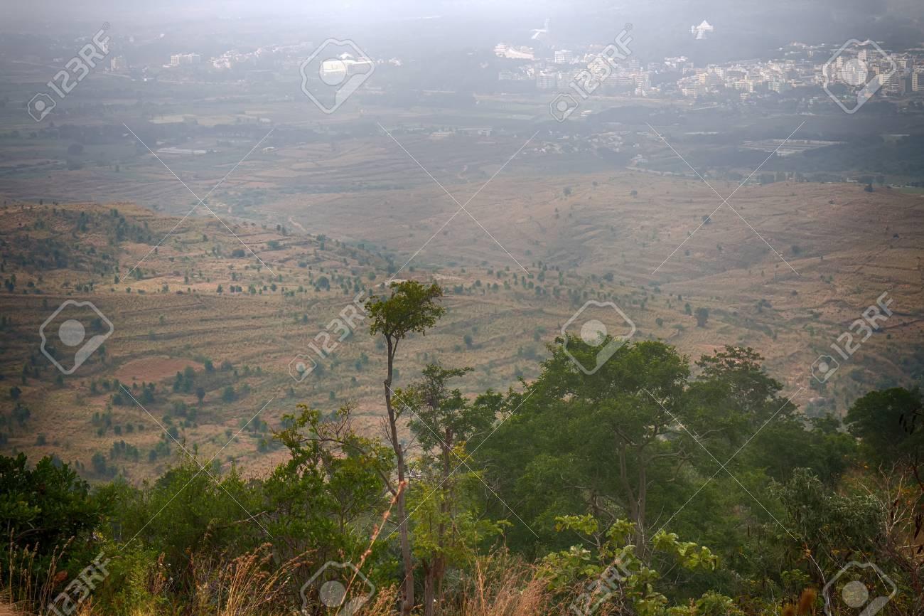 乾燥した丘陵デカン高原 (インド...
