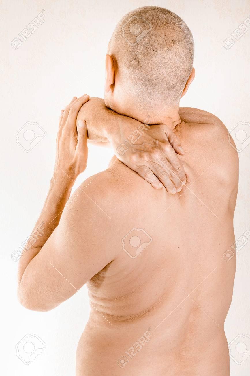 Man Massiert Seinen Oberen Rücken, Den Trapezius Muskel, Wegen Einer ...