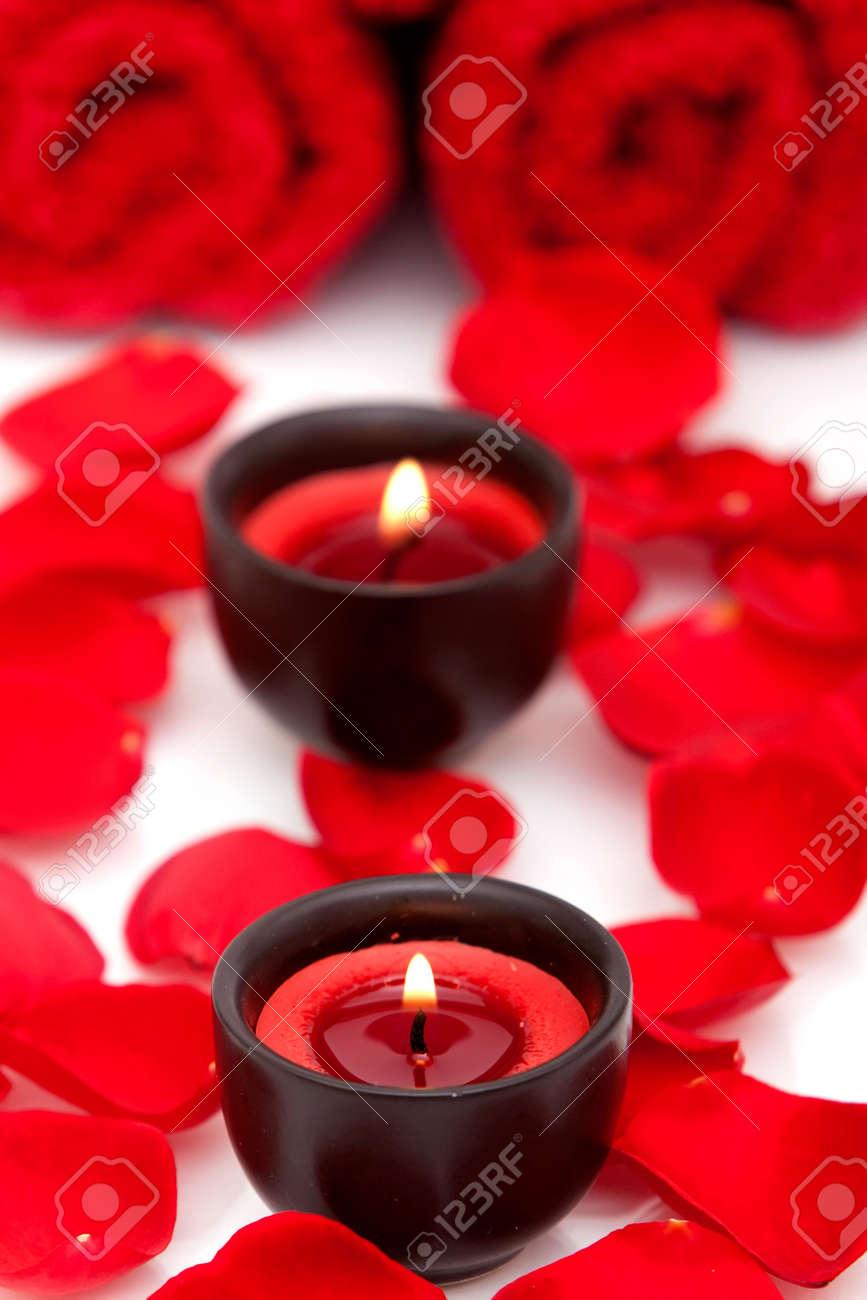 Decoración De Spa Con Vela Toalla Y Pétalos De Rosas Rojas