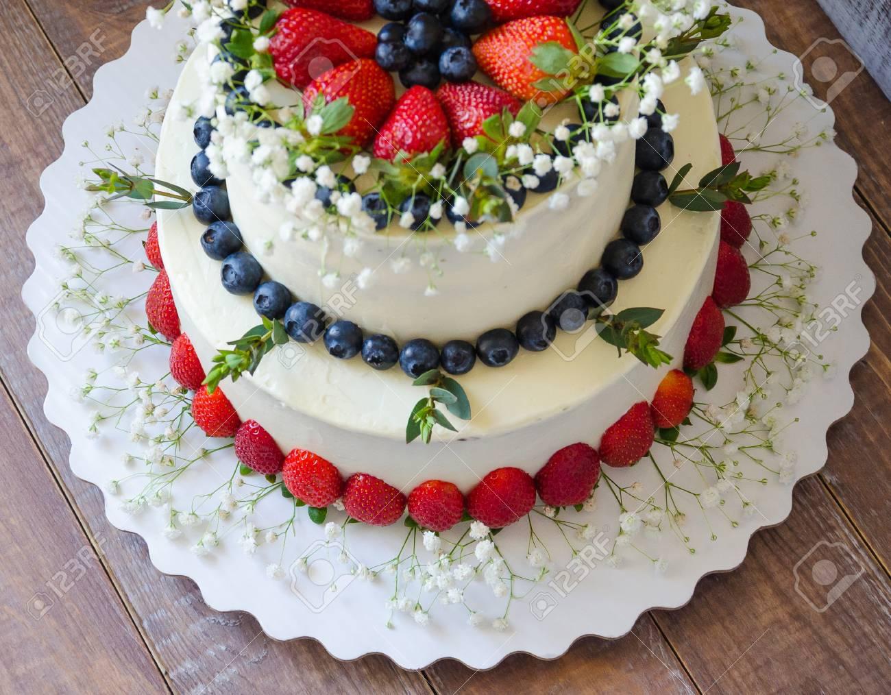 Zwei Tier Frischkase Hochzeitstorte Mit Heidelbeeren Und Erdbeeren