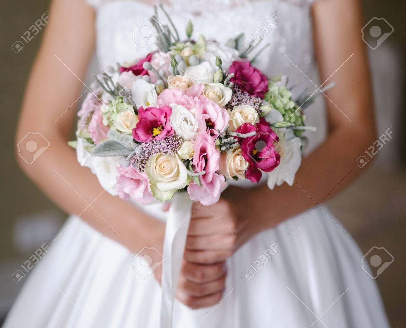 Braut Mit Einem Schonen Lila Hochzeitsstrauss Lizenzfreie Fotos