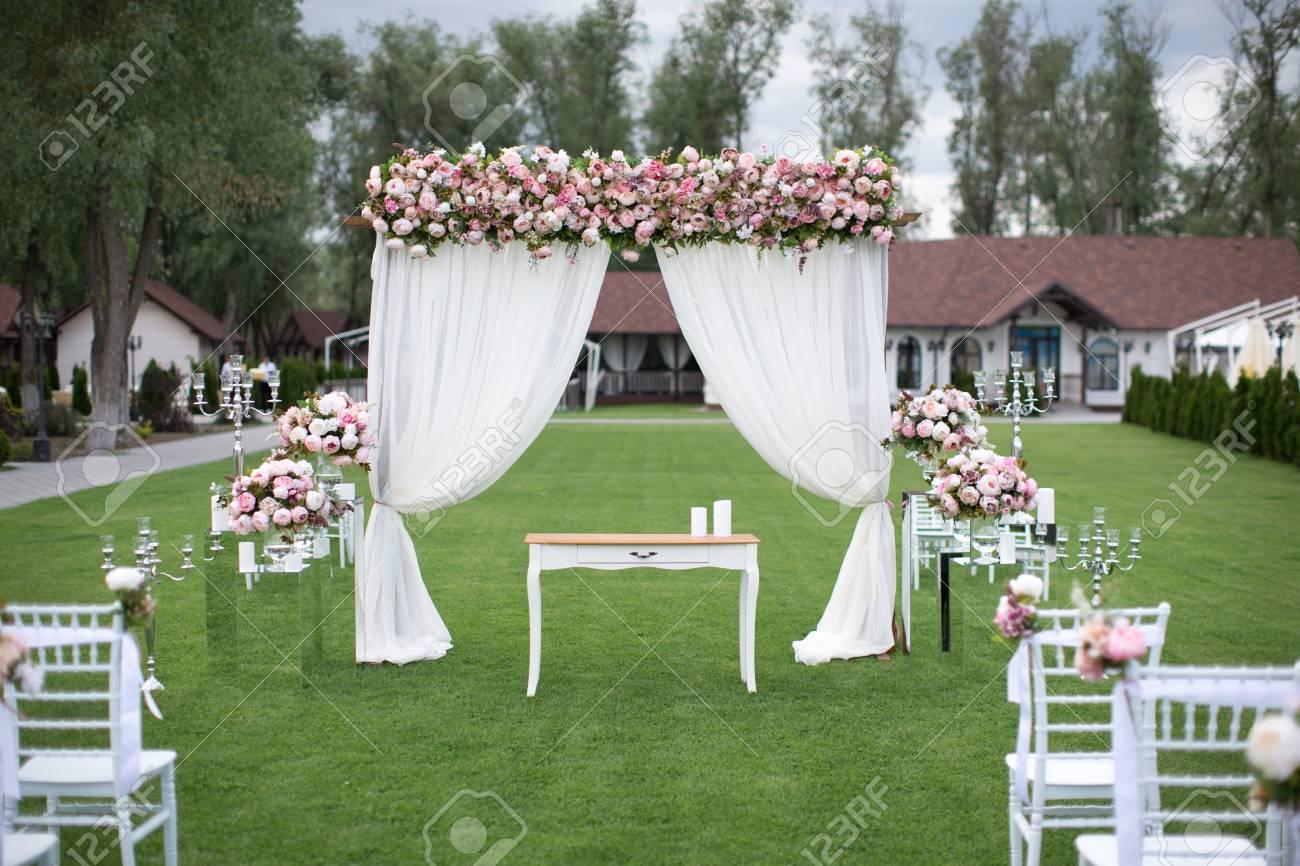 Decoration De Mariage A L Exterieur Avec Des Bouquets De Fleurs Des