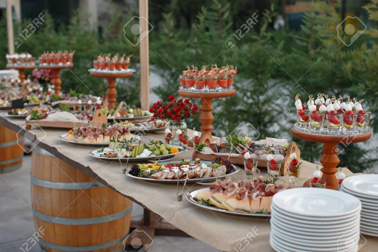 table de fourchette à l'extérieur avec des apéritifs italiens et des