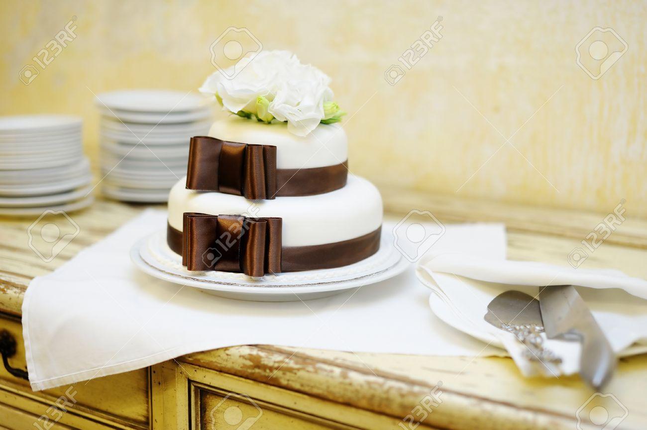 Delicious white and brown wedding cake Stock Photo - 12789205