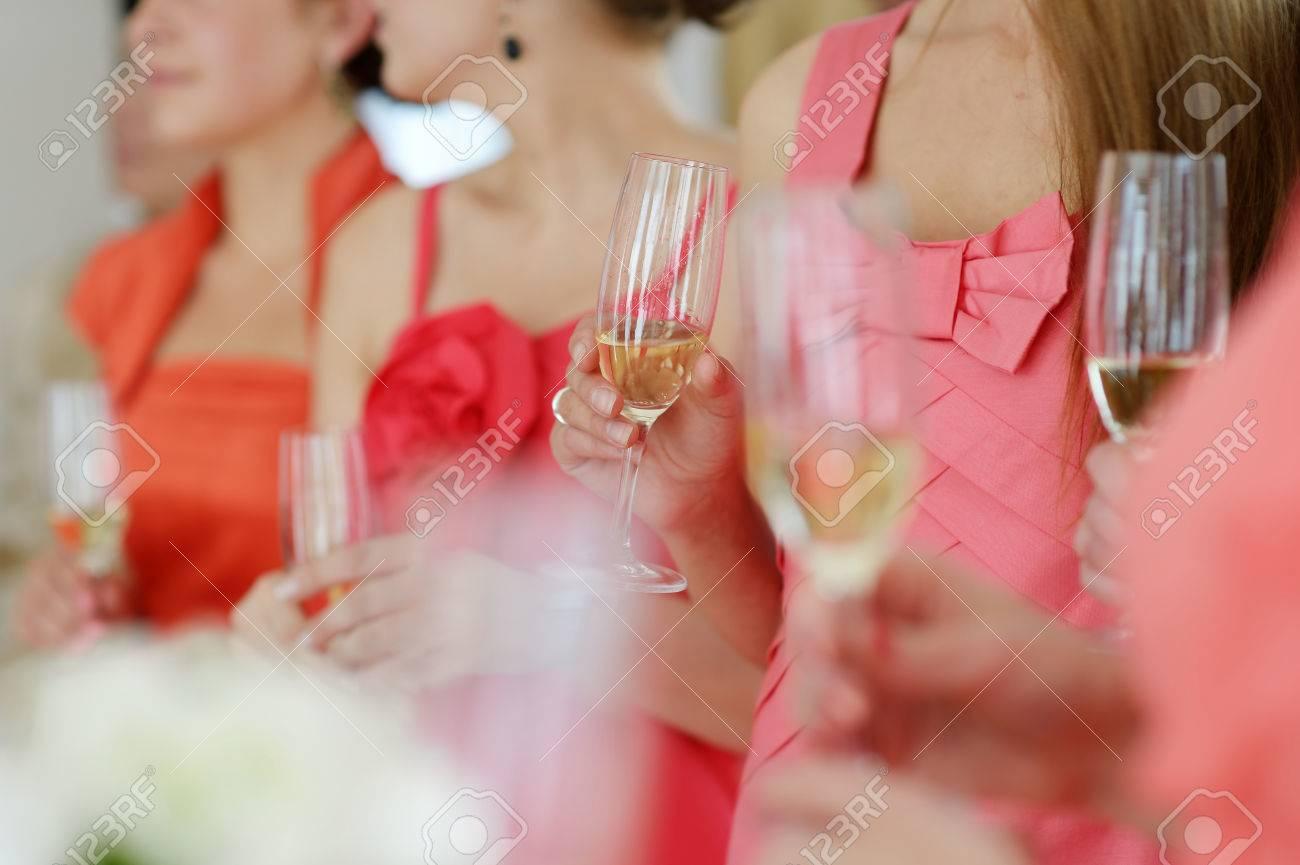 Damas De Honor En Vestidos De Coral Bebiendo Champán Fotos, Retratos ...
