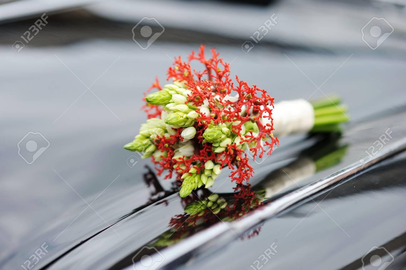 Schone Hochzeitsstrauss Mit Auf Ein Auto Lizenzfreie Fotos Bilder