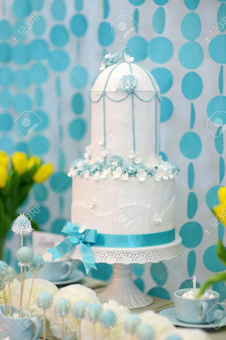 Zwei Geschichten Hochzeitstorte Mit Blauen Blumen Geschmuckt