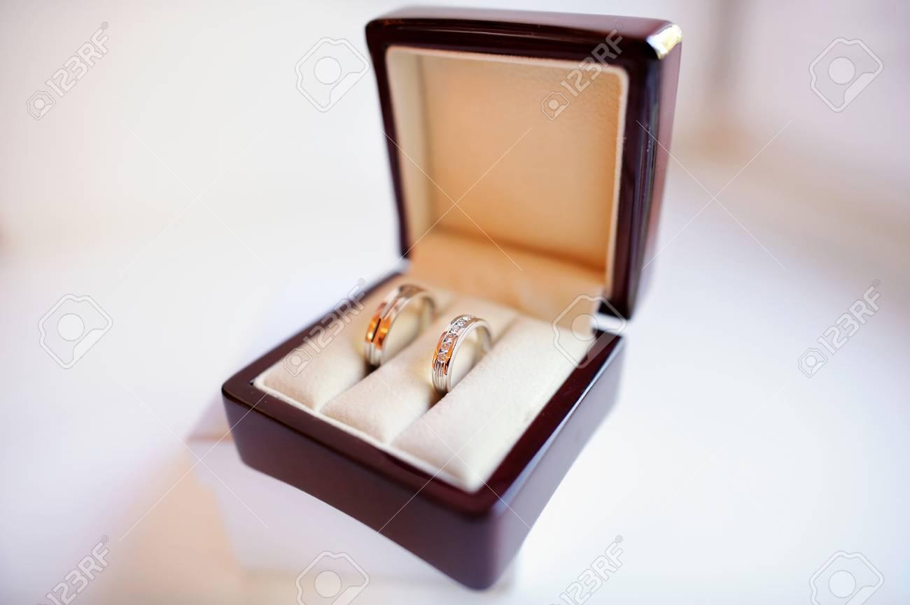 Zwei Goldene Hochzeit Ringe In Einer Box Lizenzfreie Fotos Bilder