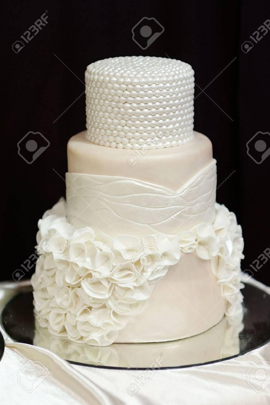 Weisse Hochzeitstorte Mit Weissen Perlen Und Blumen Lizenzfreie Fotos