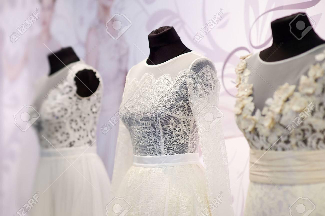 676da1ed07 Foto de archivo - Hermosos vestidos de boda en una maniquíes