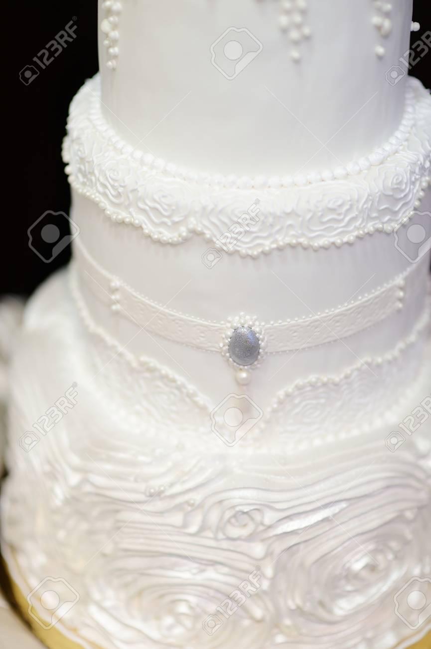 Blanc Gâteau De Mariage Décoré Avec Glaçage Blanc