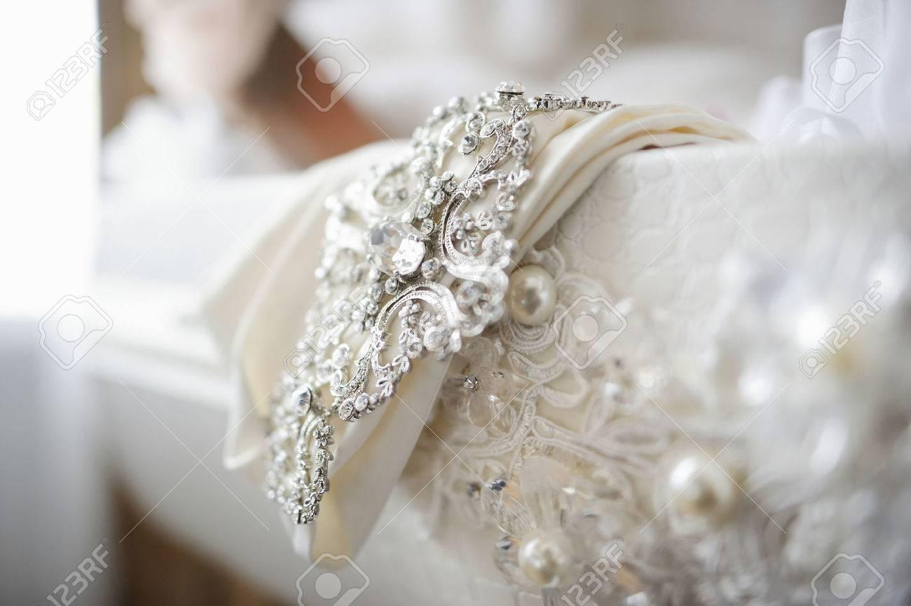 Schöne Hochzeitskleid Schmuck Nahaufnahme Lizenzfreie Fotos, Bilder ...