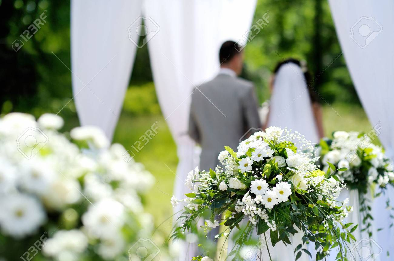 Weisse Blumen Dekorationen Bei Outdoor Hochzeit Lizenzfreie Fotos