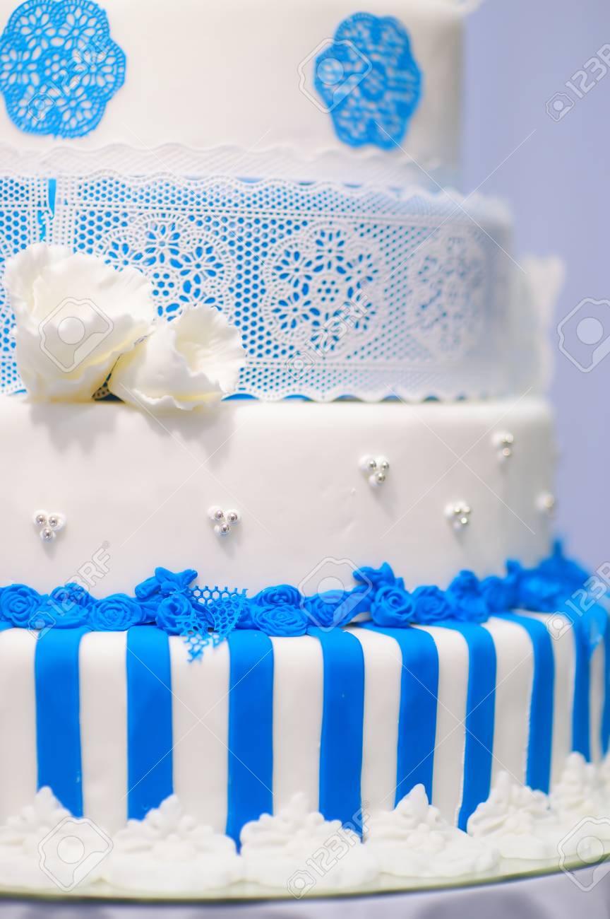 Grossen Hochzeitstorte Mit Blauen Blumen Geschmuckt Lizenzfreie Fotos