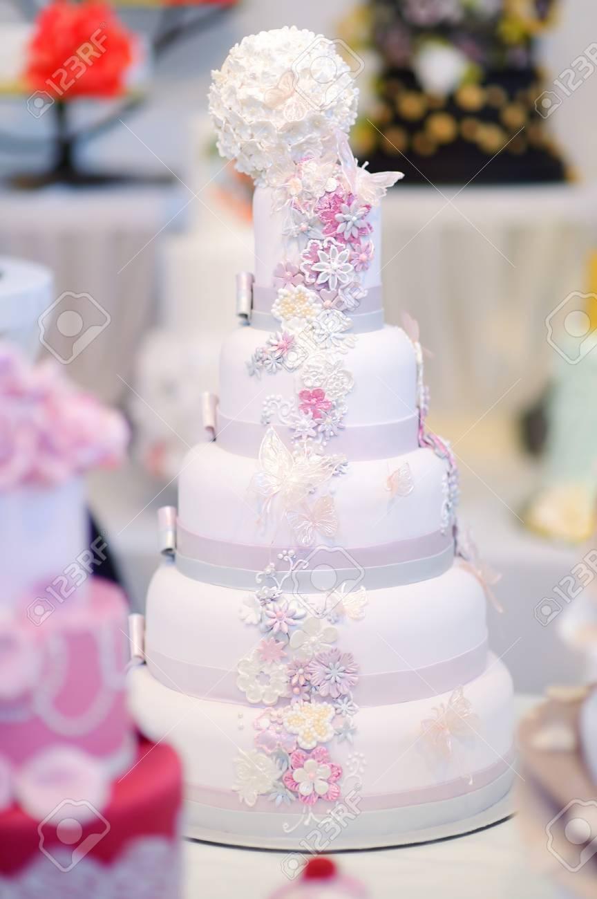 Gâteau De Mariage Blanc Décoré De Fleurs De Sucre Rose