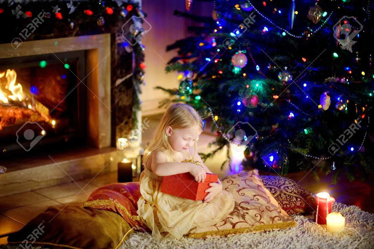 Regali Di Natale Ragazza.Immagini Stock Ragazza Felice Apertura Regali Di Natale Da Un