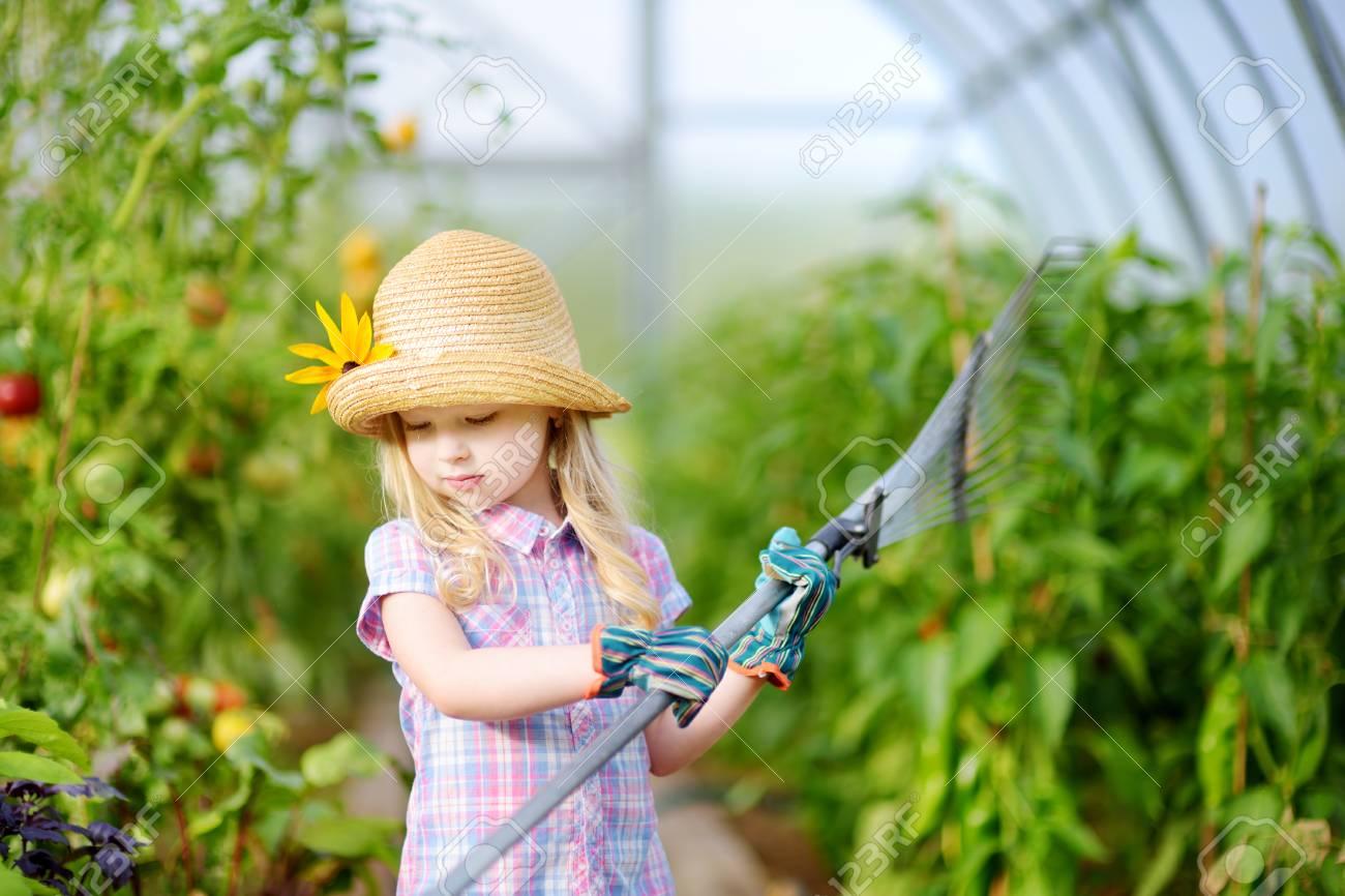 Juguete En Que Paja Sombrero Guantes Jardín Adorable Para Con Niña Niños Sus Invernadero Juegan Herramientas Un Y Llevaba De j3L5Rq4A