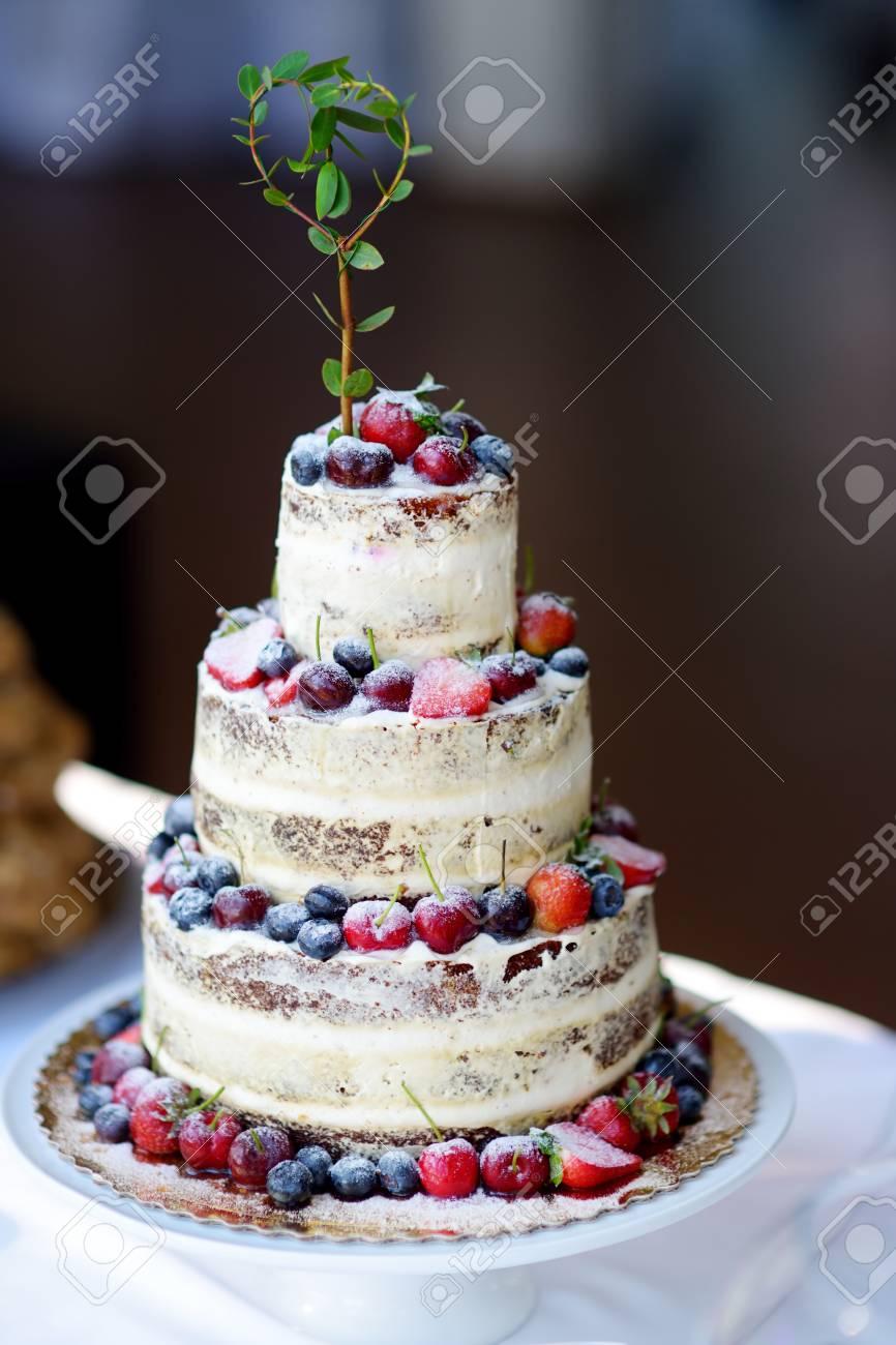 Kostliche Schokoladen Hochzeitstorte Mit Verschiedenen Fruchten Und