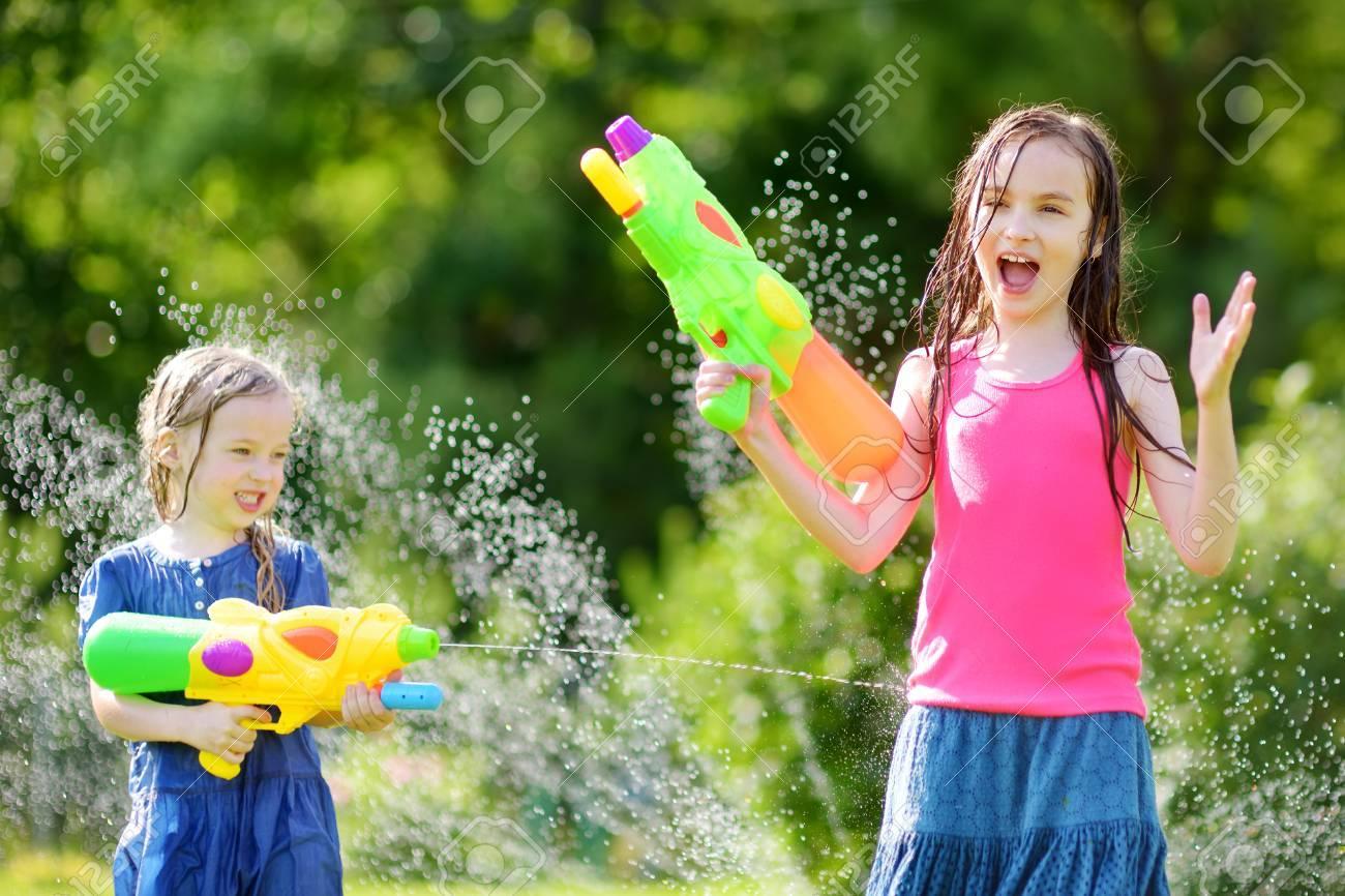 Adorables Verano Jugando Al Con Pistolas Niñas Agua Día Que LibreDivertidos Juegos Divierten Lindos De Se En CalienteNiños Aire El Pw8On0k