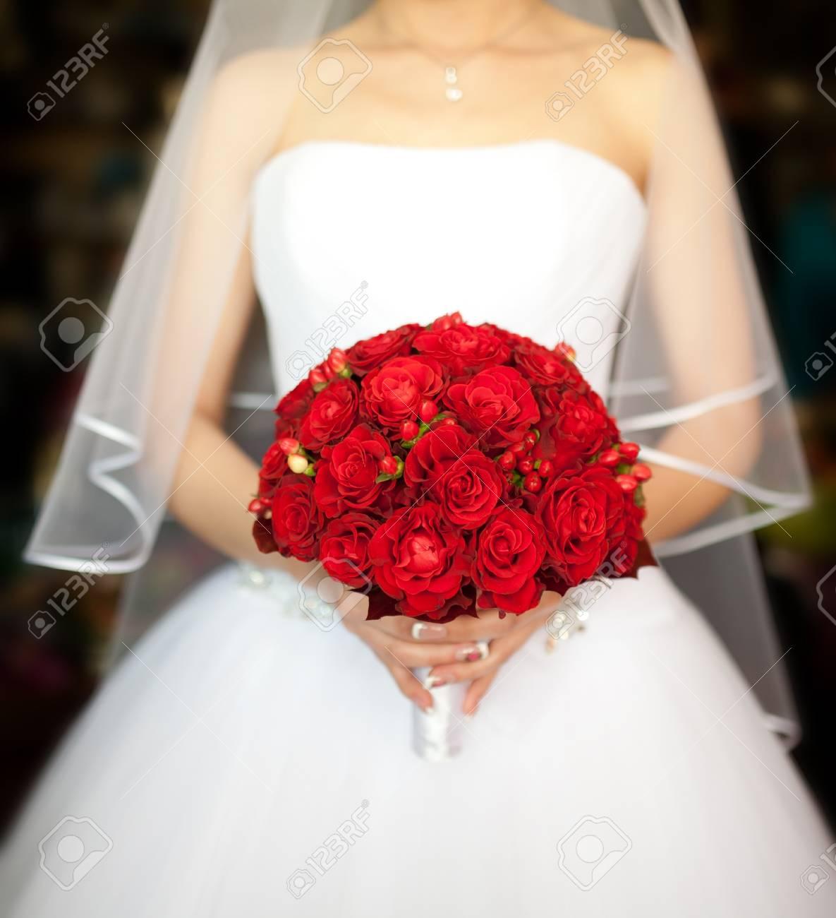 Brautstrauss Mit Roten Rosen Lizenzfreie Fotos Bilder Und Stock