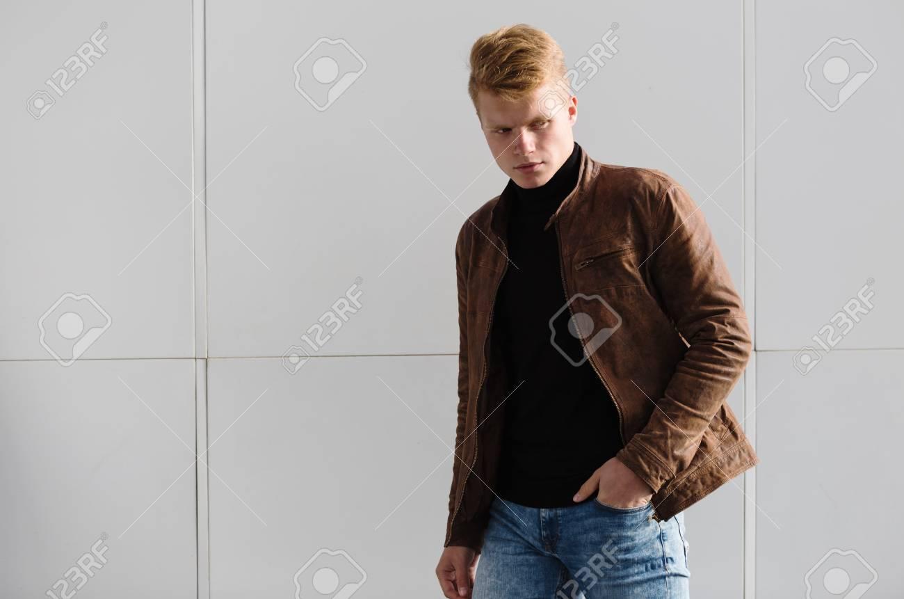 nuevo alto seleccione para auténtico materiales superiores El hombre con estilo hermoso joven en chaqueta marrón en el otoño de tiempo  al aire libre en el estilo casual.