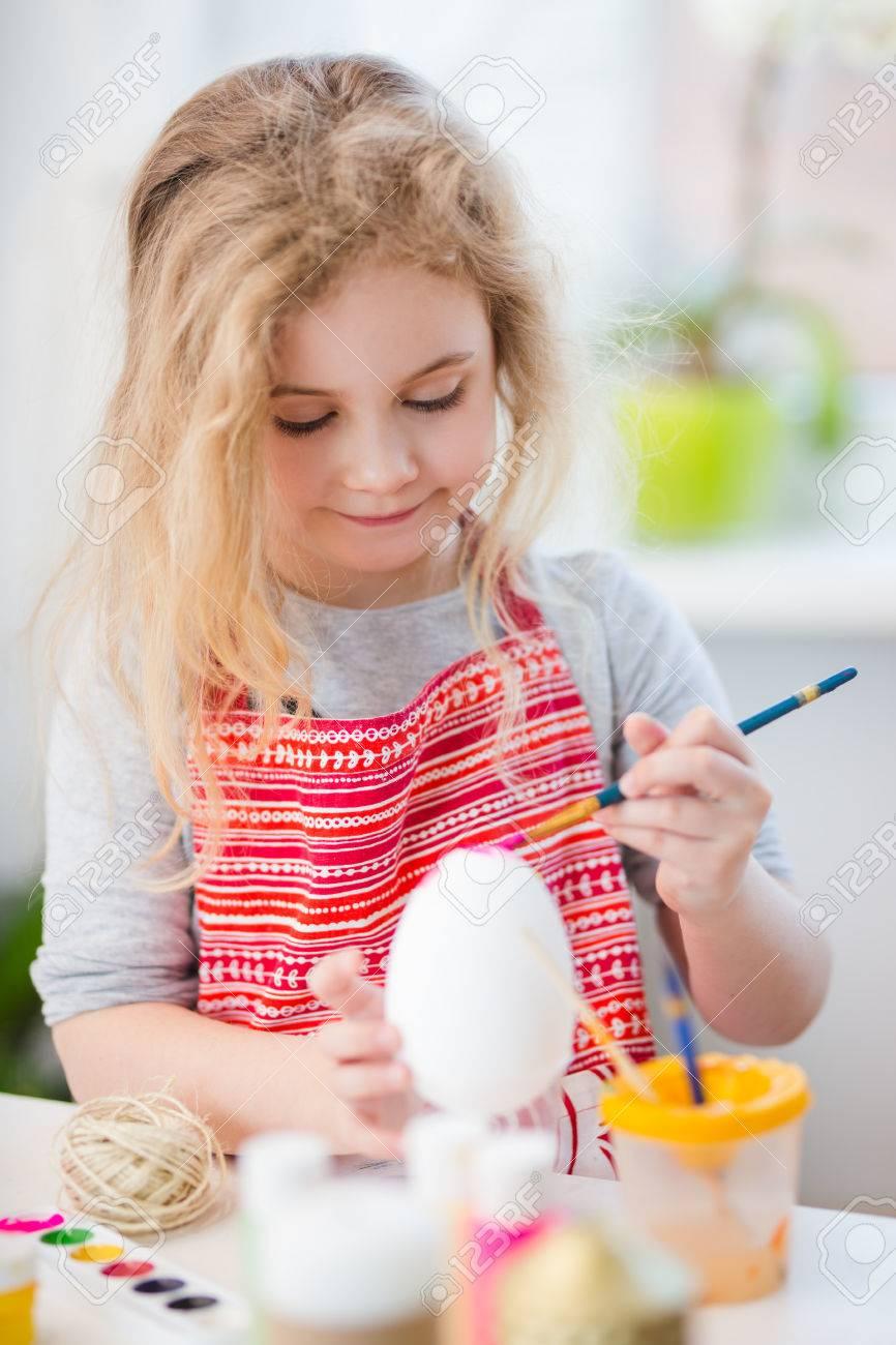 Kleines Blondes Mädchen Färbung Eier Für Ostern Zu Hause Lizenzfreie ...