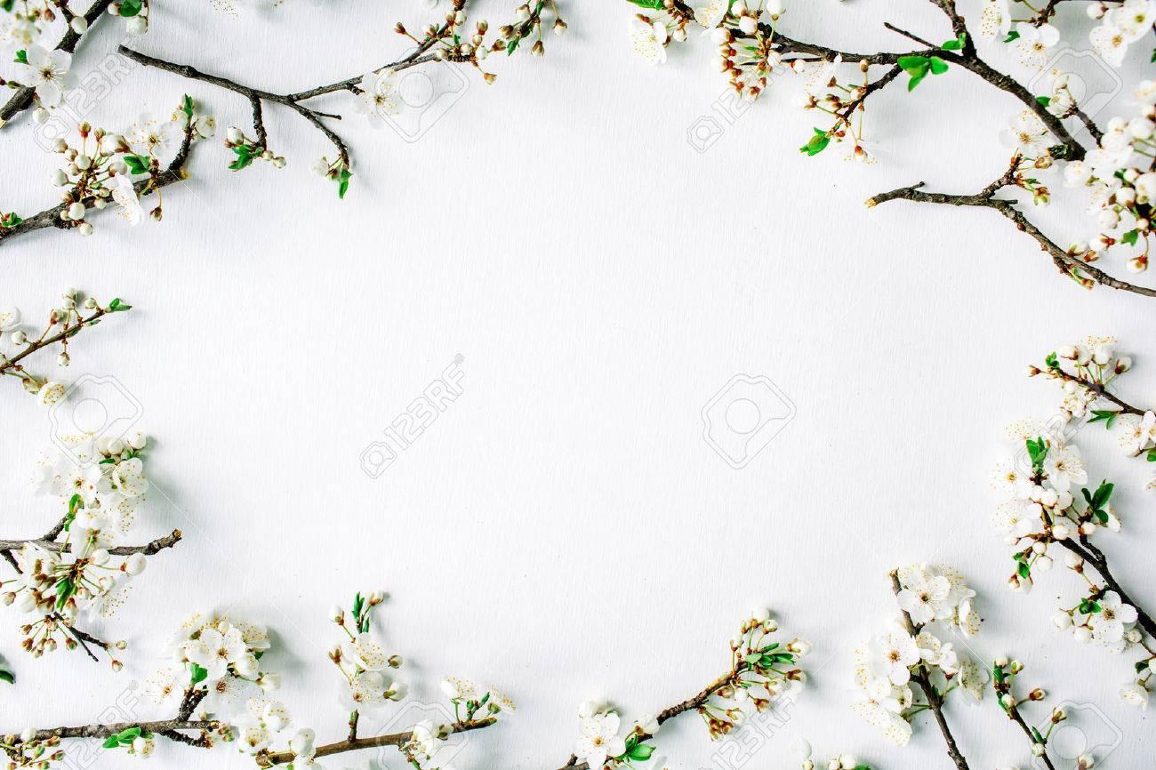 Kranz Rahmen Mit Weißen Blumen Und Zweige Auf Weißem Hintergrund ...