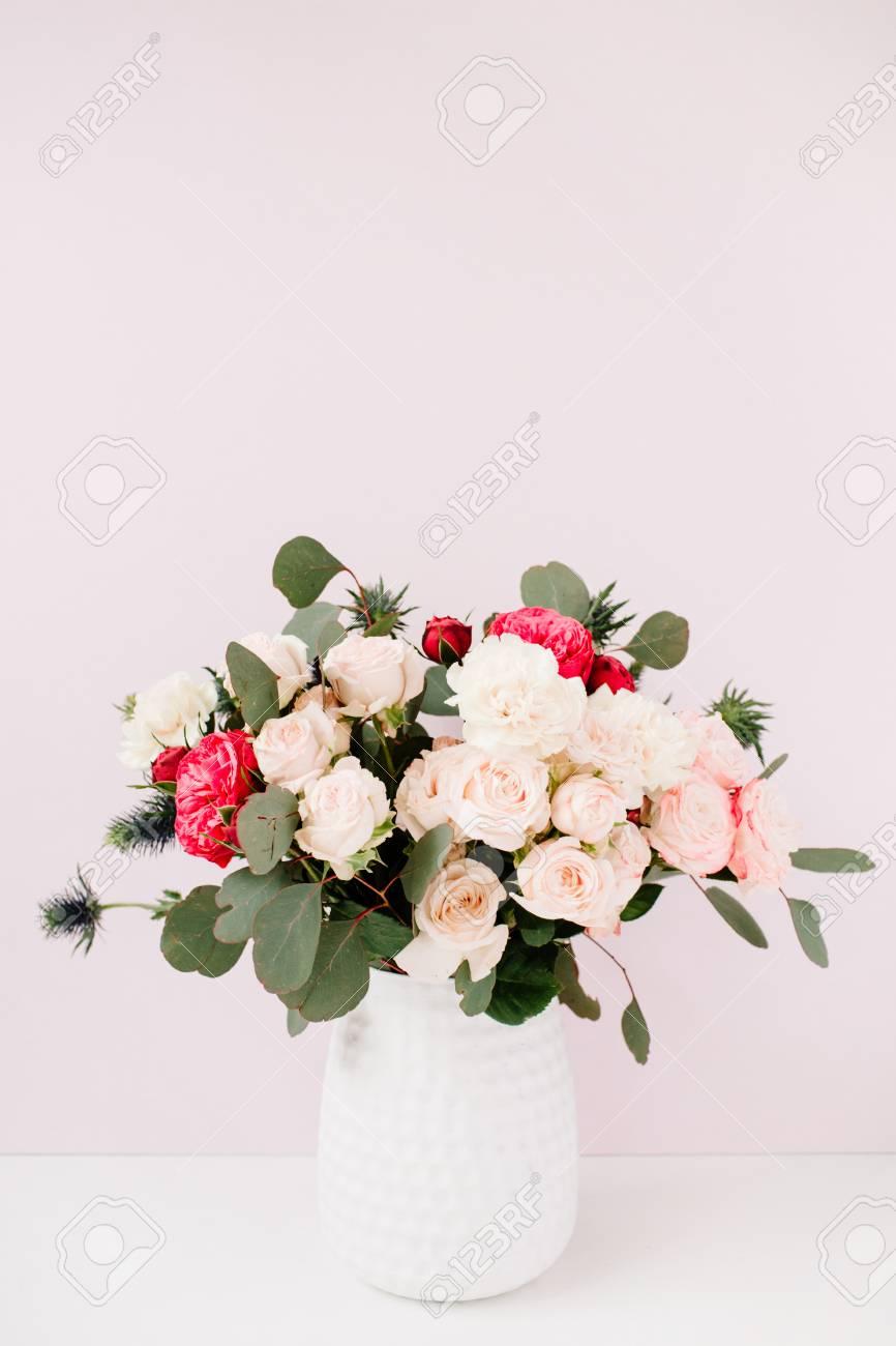 beau bouquet de fleurs: roses bombés, érythème bleu, branches d