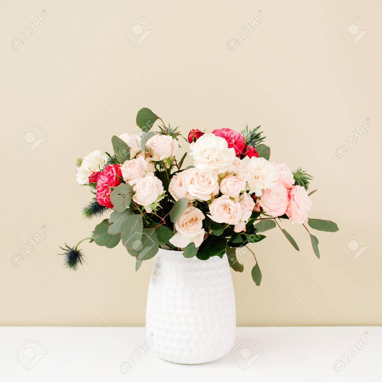 beau bouquet de fleurs: roses bombées, érythème bleu, branches d