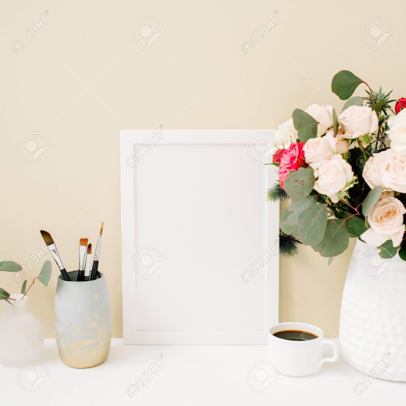 Home Office Schreibtisch Mit Fotorahmen Mockup, Schöne Rosen Und ...