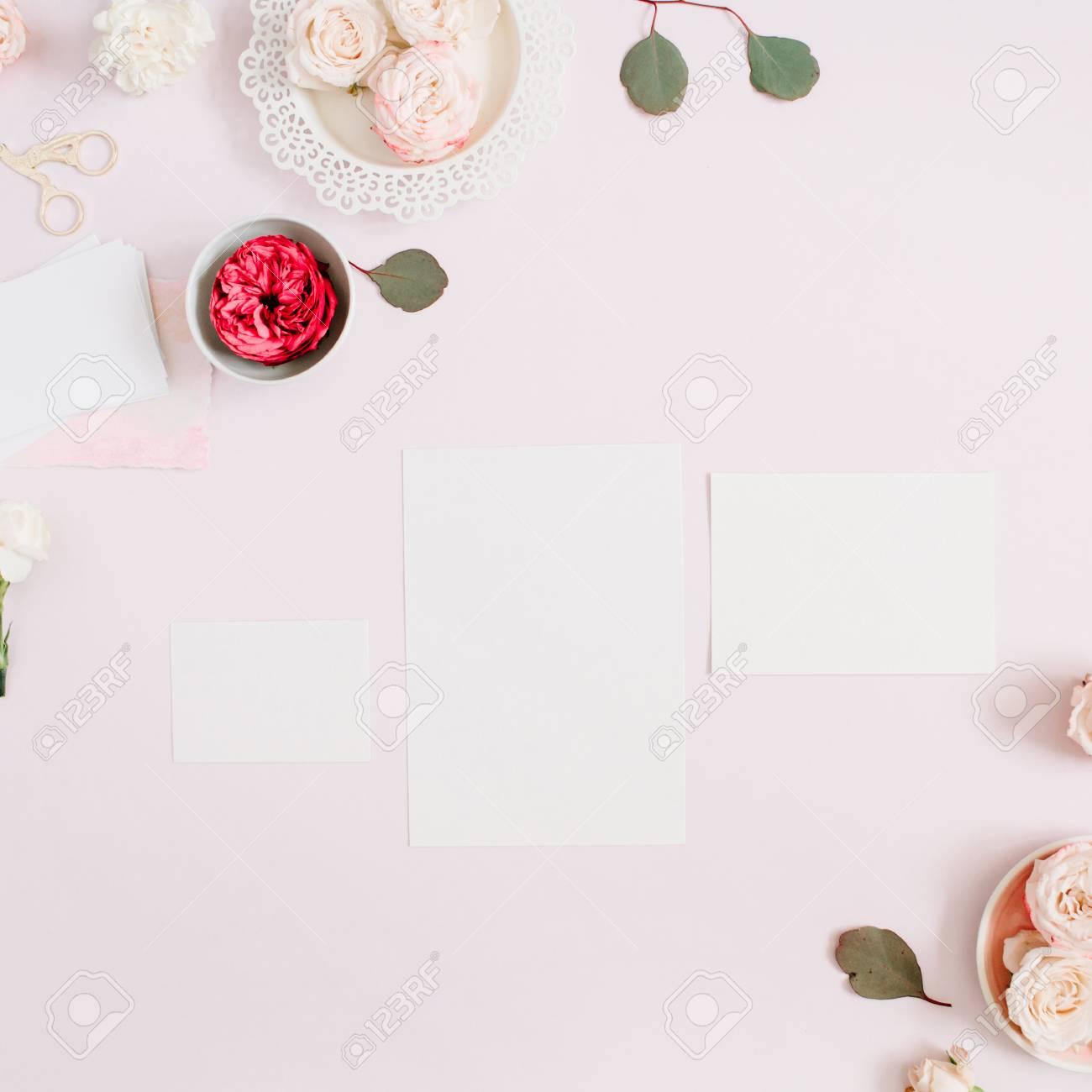 Modèle De Cartes Dinvitation De Mariage Boutons Floraux Roses Roses Et Rouges Et Oeillet Blanc Sur Fond Rose Pastel Pâle Espace De Travail Avec Du