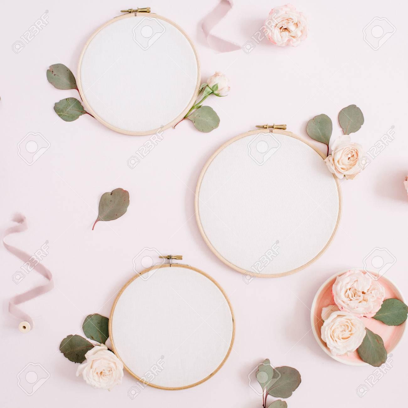 Stickrahmen Mit Beige Rose Blütenknospen Und Eukalyptus Auf Blass ...