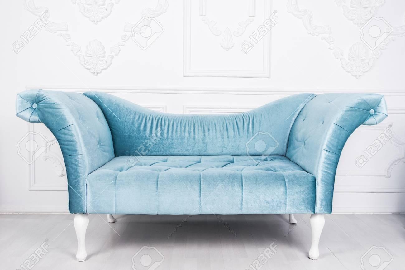 Canapé Bleu En Intérieur Blanc Et Plancher Gris Banque D\'Images Et ...
