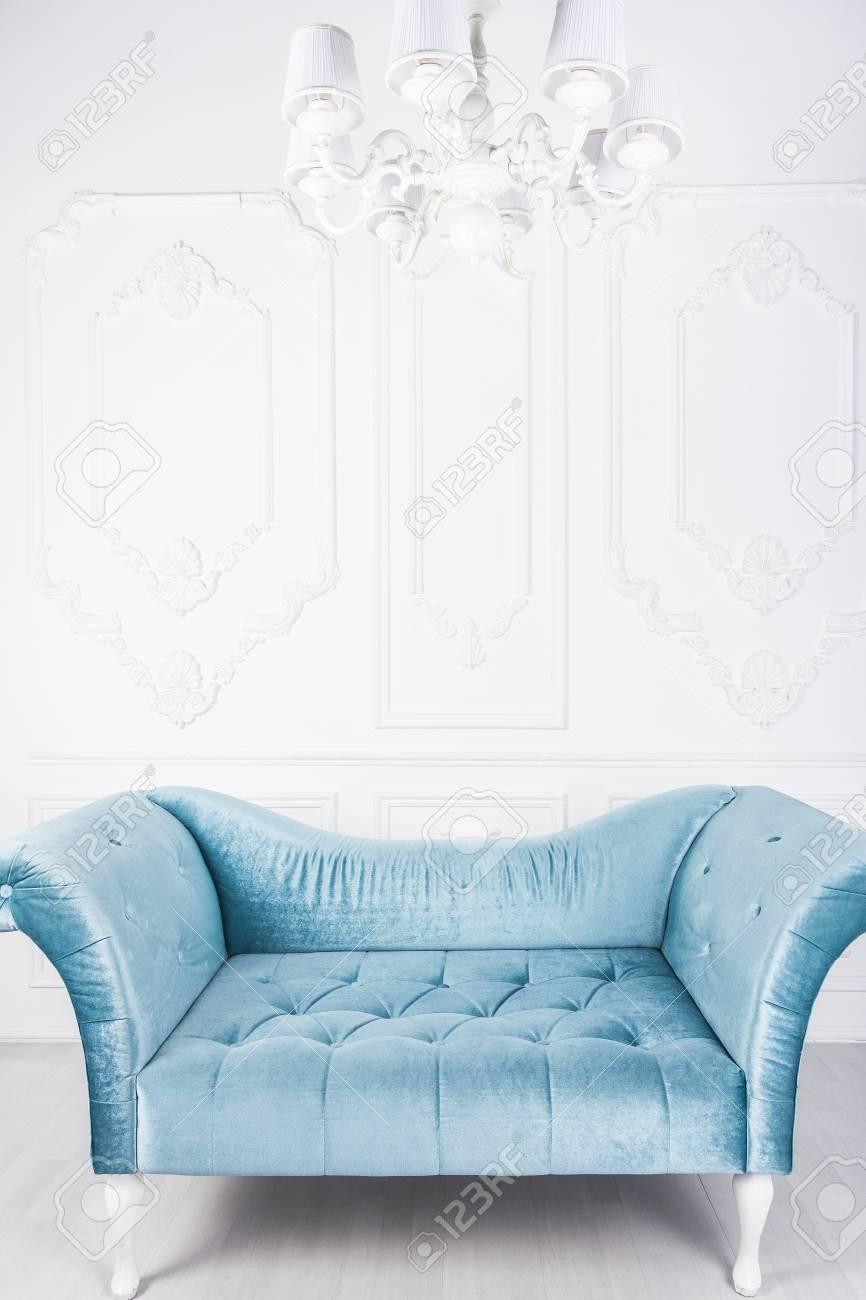 Bezaubernd Hellblaues Sofa Galerie Von Blaues In Weißem Interieur Und Grauem Boden