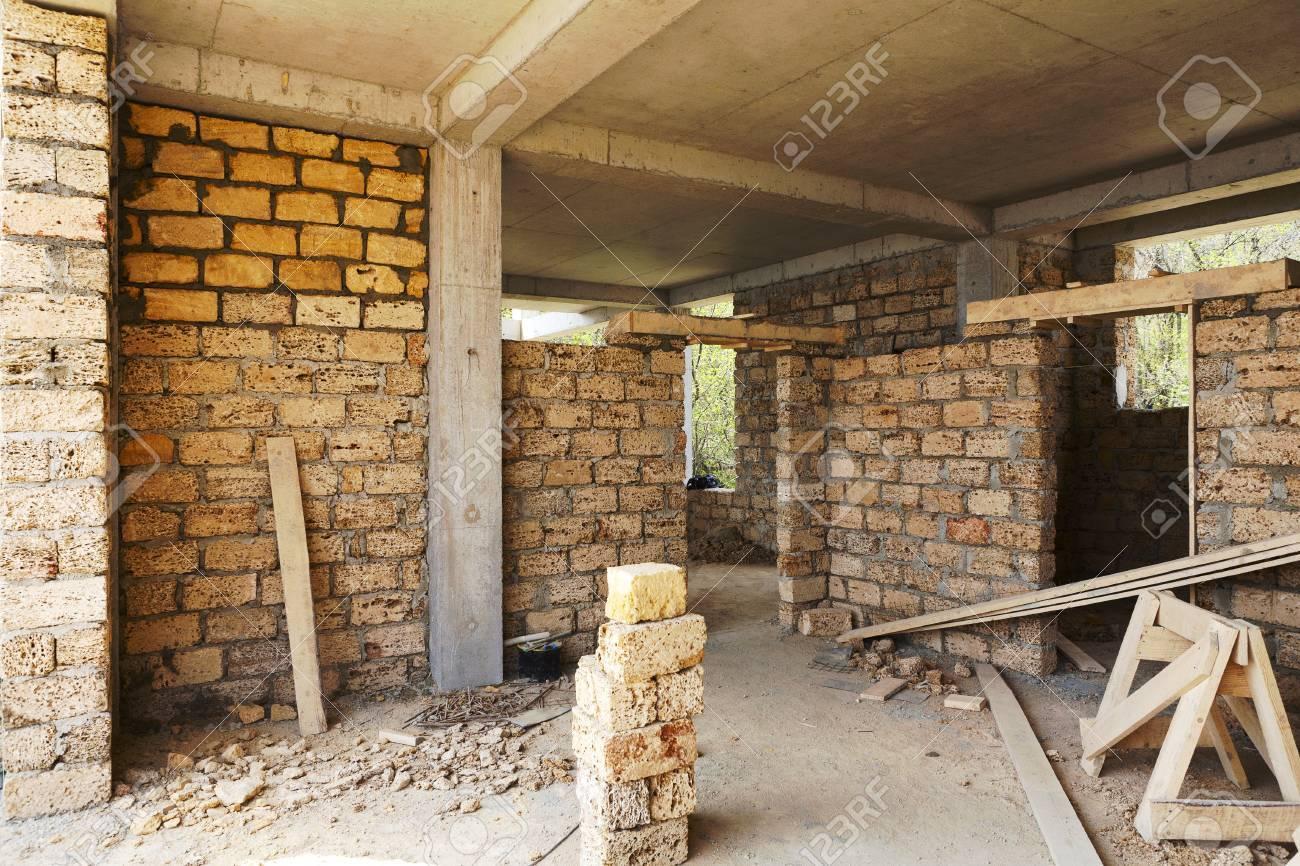 Gebäude Haus Aus Beton-Rahmen Mit Mauern Aus Muschelkalk Lizenzfreie ...