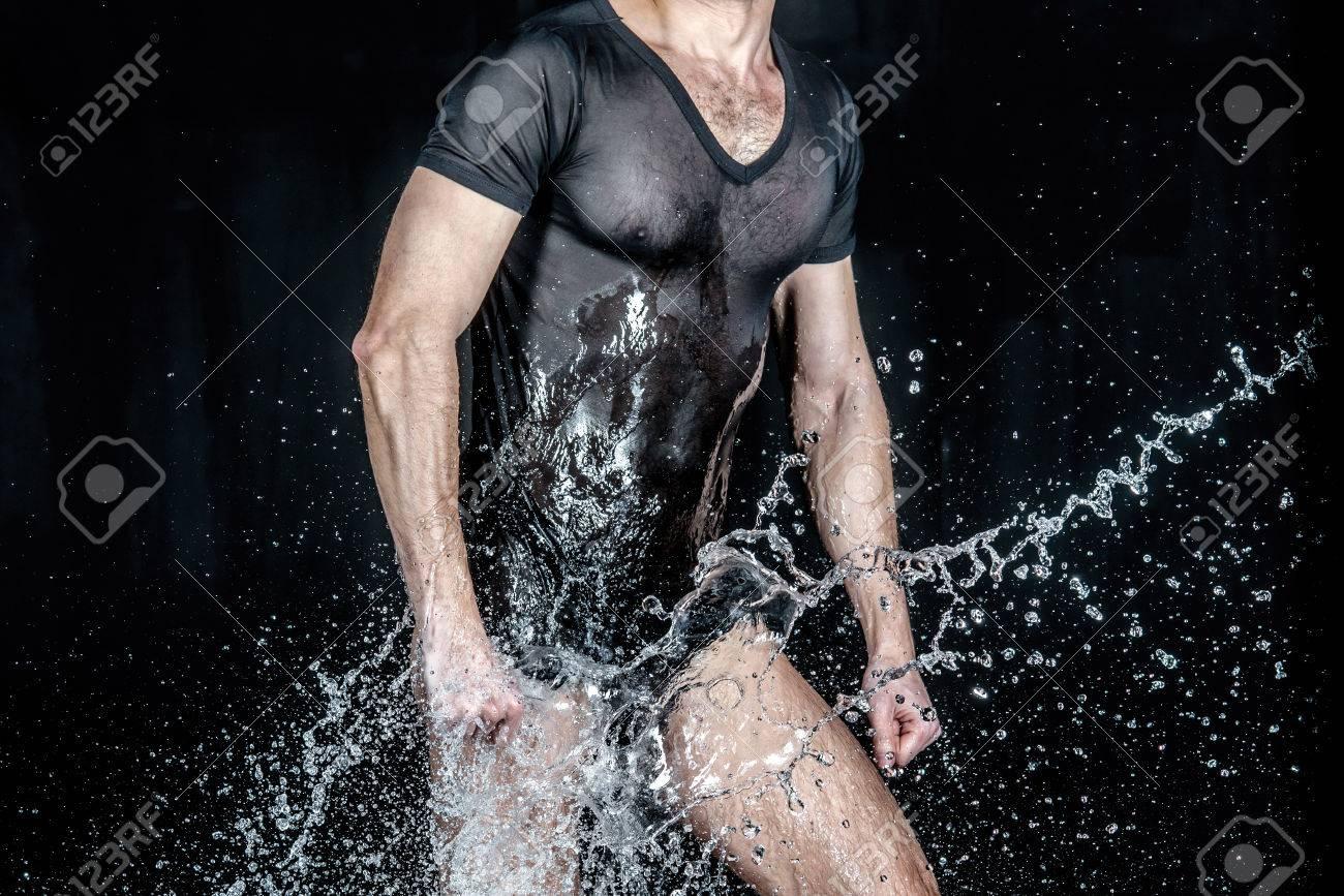 Hombres Desnudos En Las Salpicaduras De Agua Sesión De Fotos Desnuda Liquid