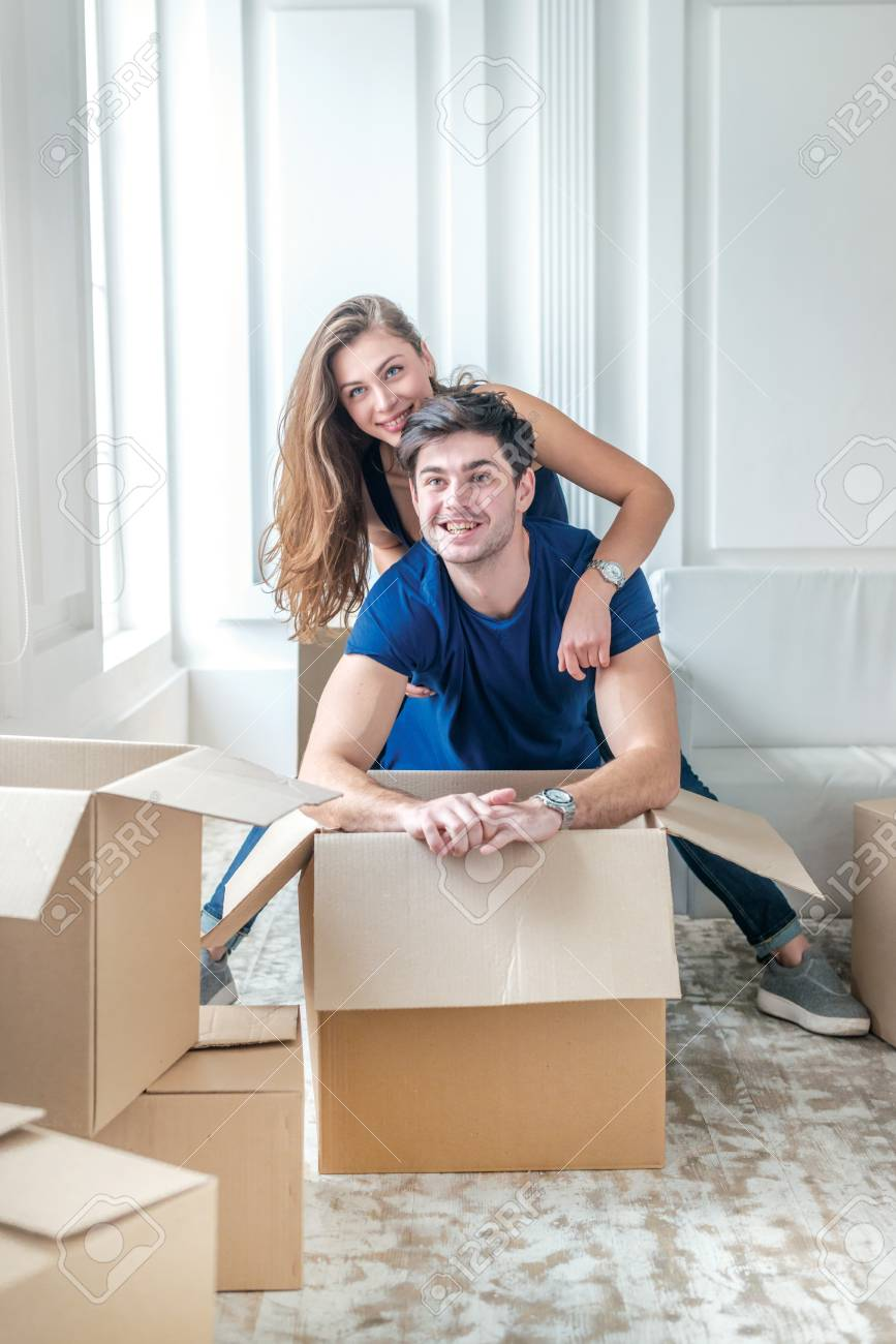 Neues Leben In Ein Neues Zuhause. Paare In Der Liebe Genießt Eine ...