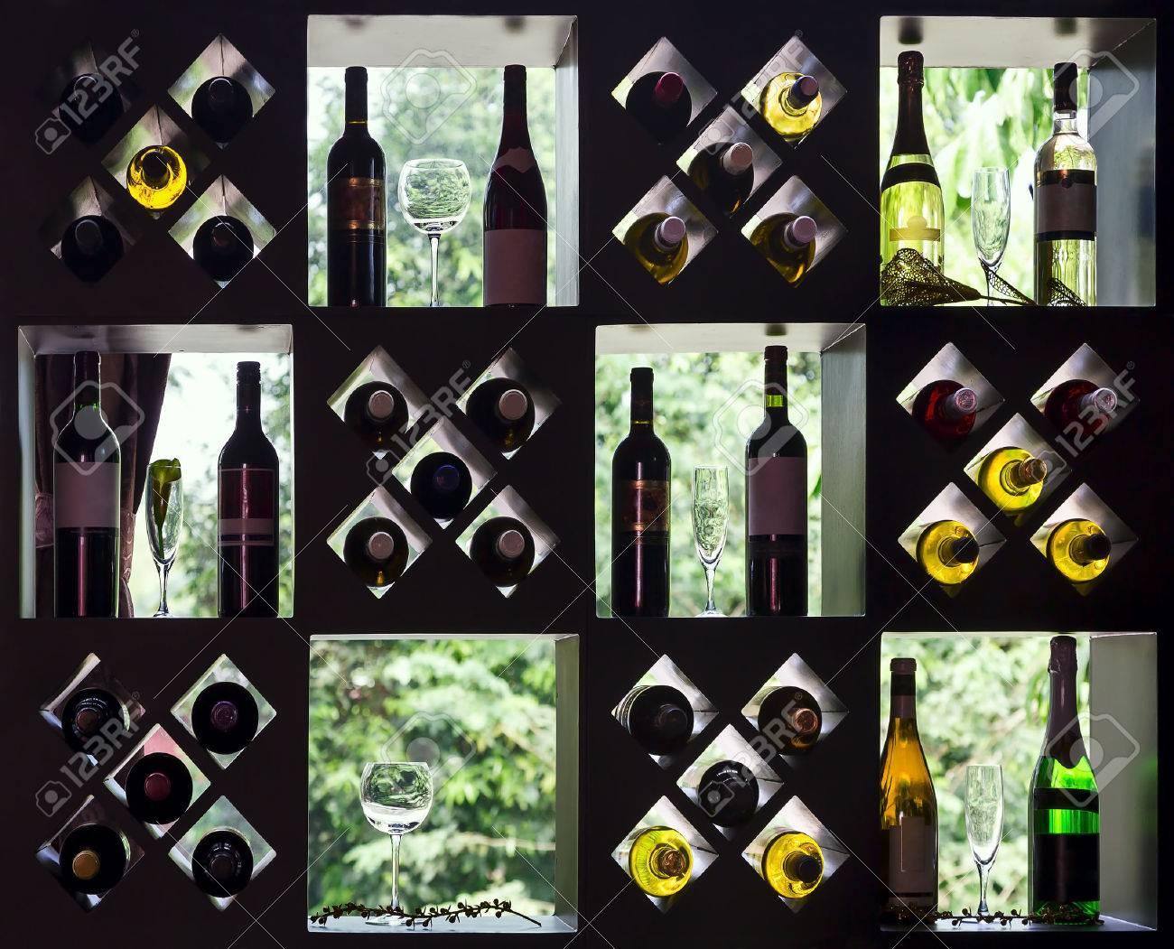 Colección De Vino En Los Estantes De Madera Con Botellas Y Vasos ...