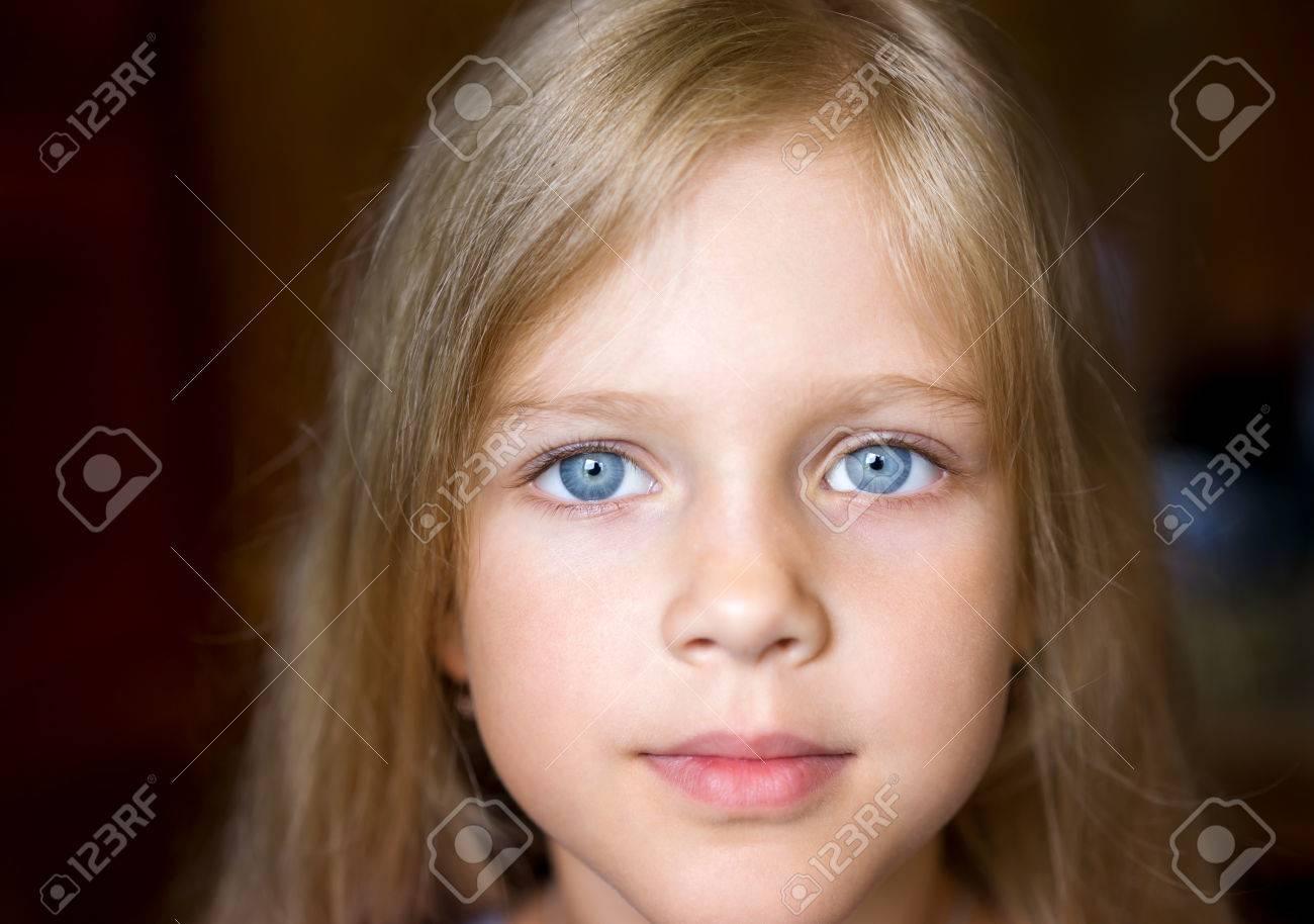 chica rubia ojos azules
