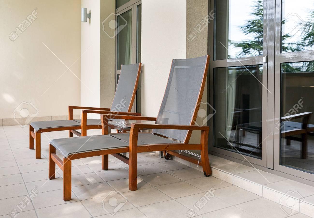 De Le Longue Table Balcon Chaise Une Vide Sur Et Deux L'hôtel Onk8P0wX