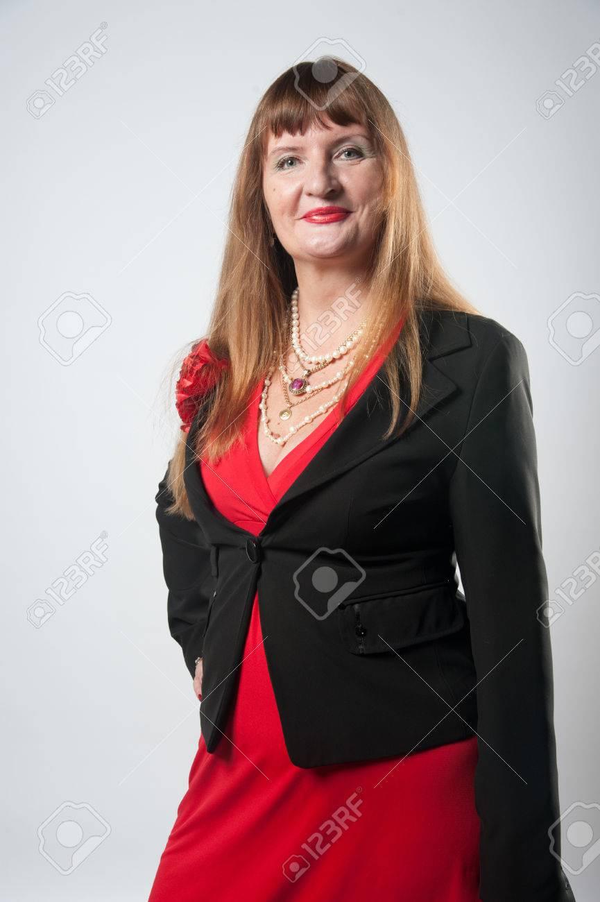 Robe rouge et veste noire