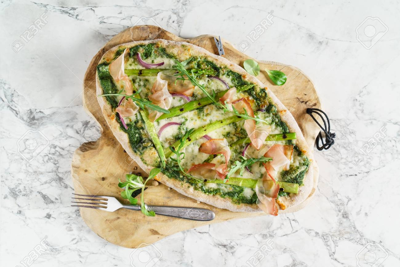 Pizza con asparagi e pancetta