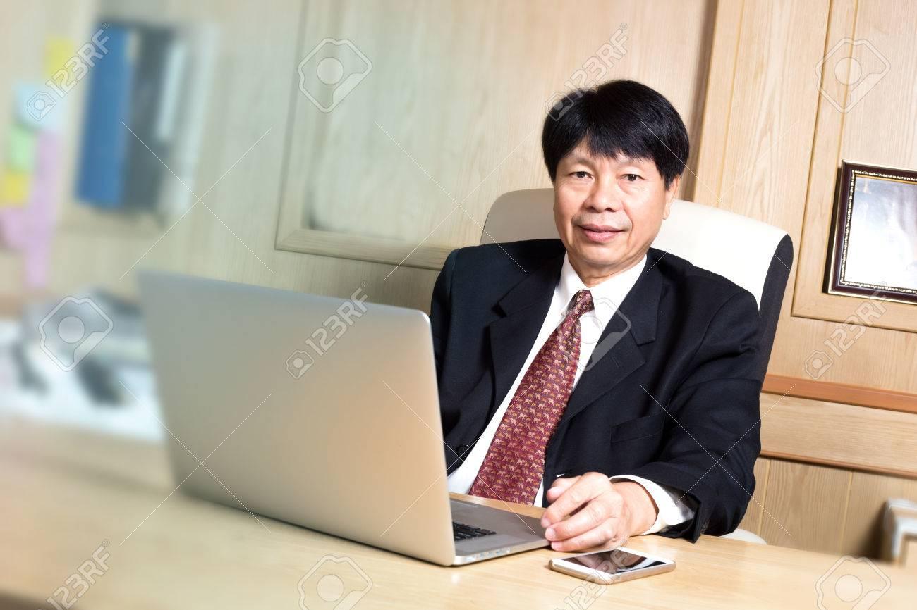 Look Ufficio Uomo : Uomo d affari asiatico manager ubicazione età maggiore sulla
