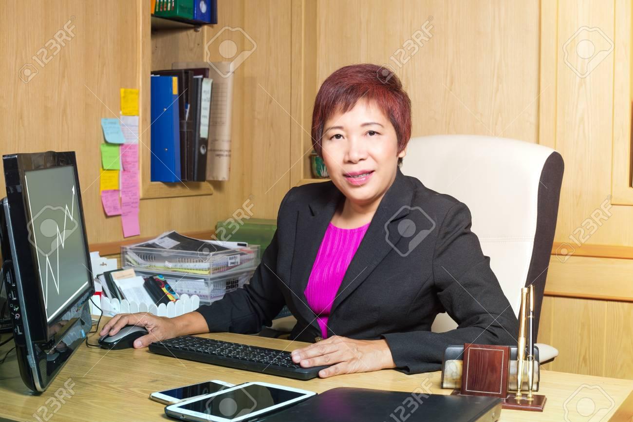 Femme d affaires gestionnaire asiatique ge supérieur implantation