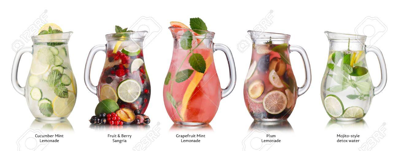 coleccin de diversas bebidas en jarras de vidrio vasos llenos de spritzers limonada