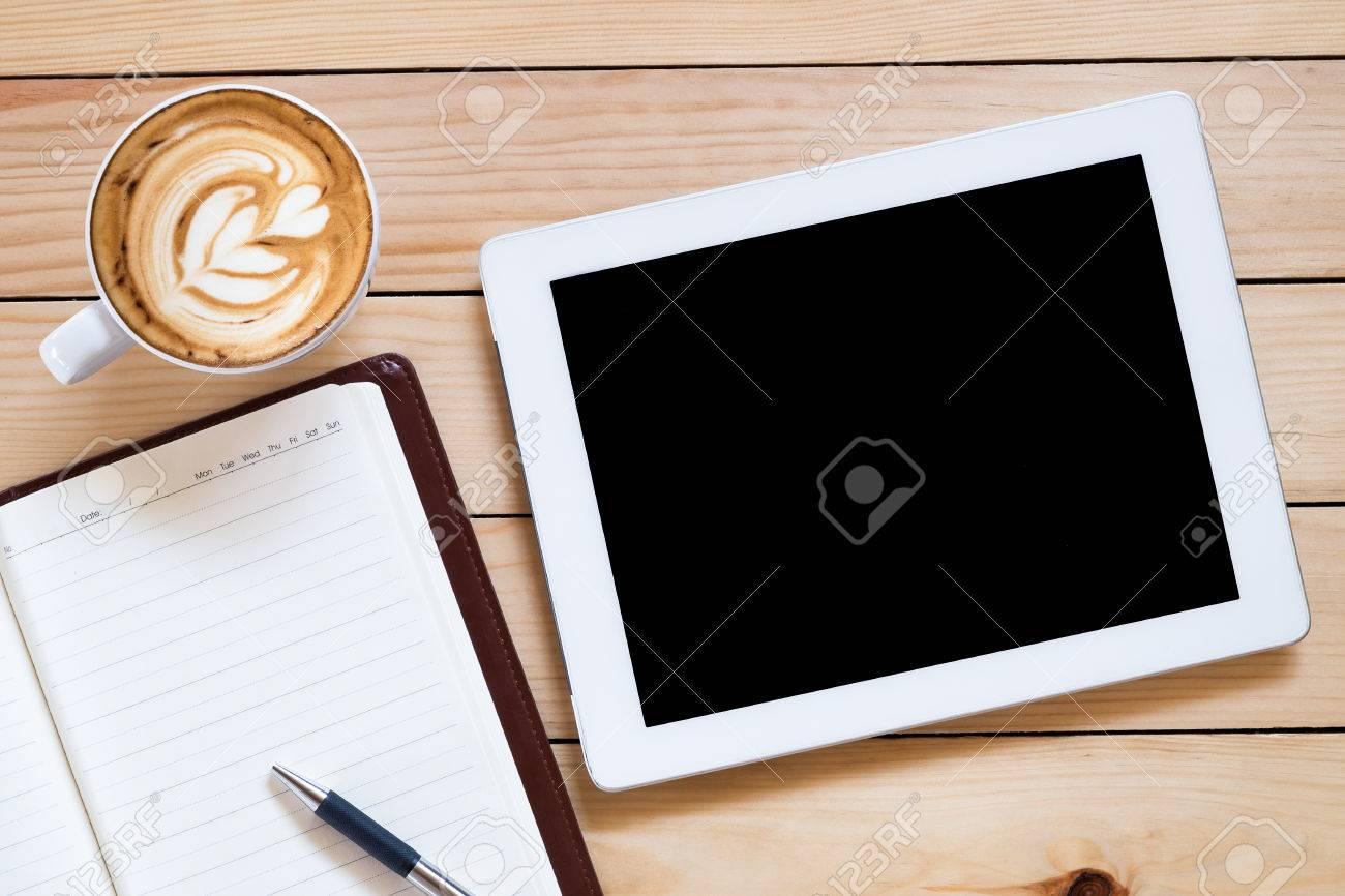 Travail de bureau avec tablette écran blanc ordinateur portable