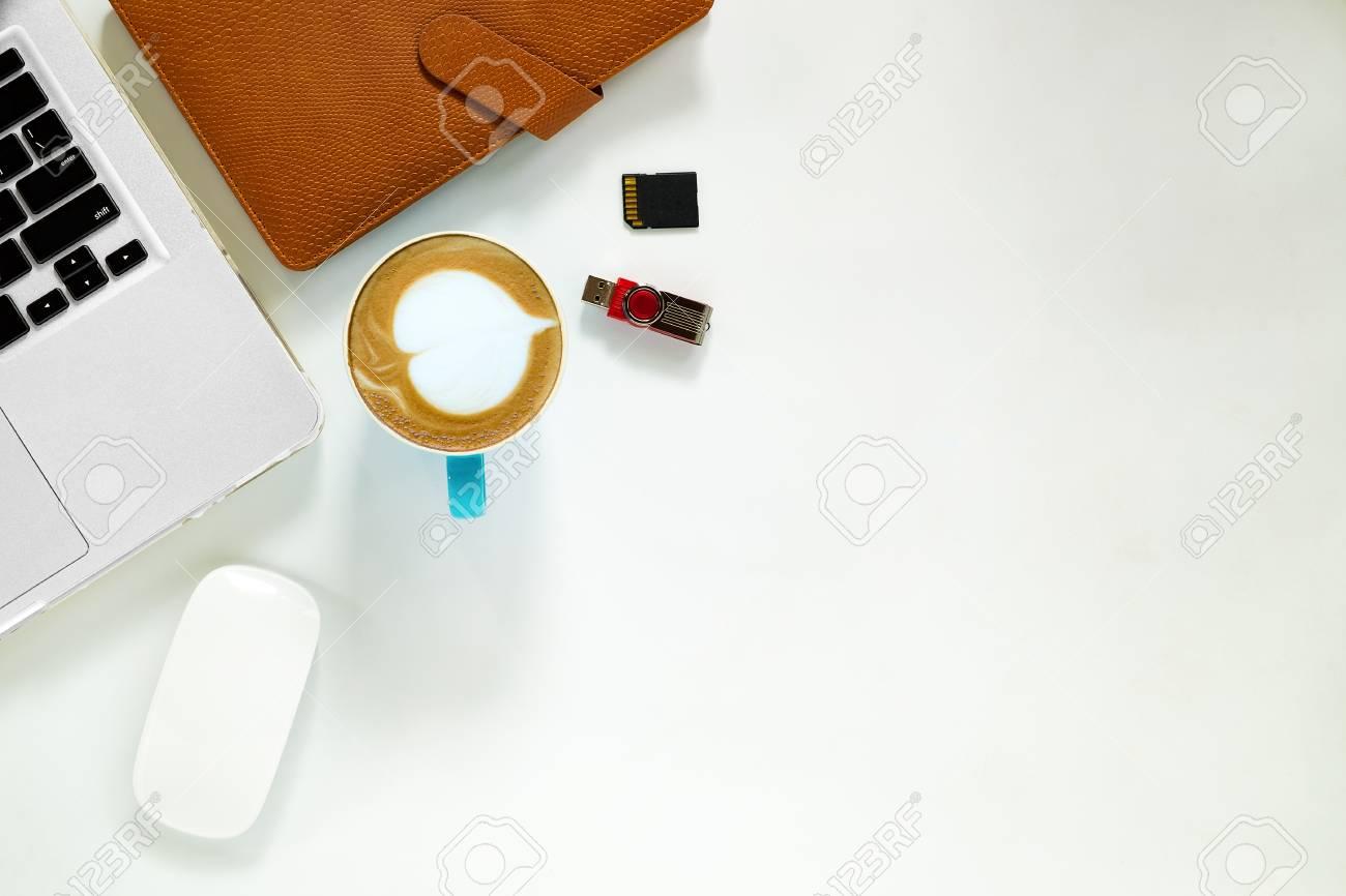 Tavolo Ufficio Bianco : Tavolo da ufficio bianco con computer portatile mouse scheda di