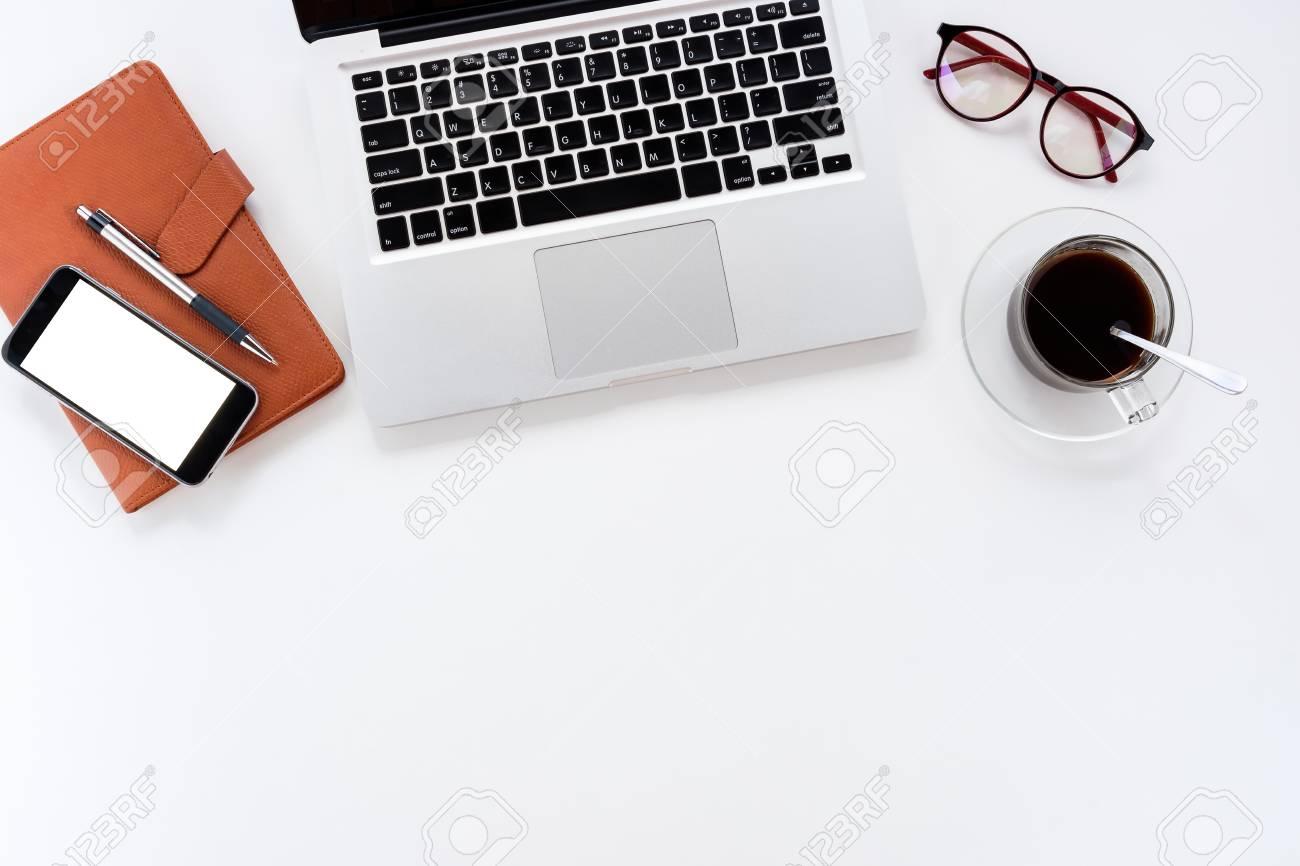 Table de bureau moderne blanc avec ordinateur portable carnet en