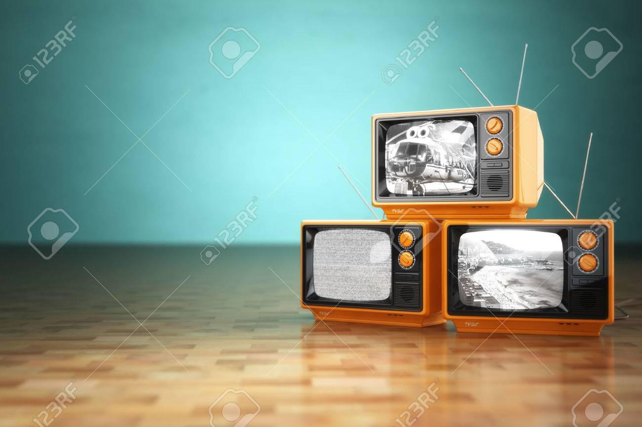 Fernseher Hintergrund vintage fernsehen-konzept. stack von retro-fernseher auf grünem