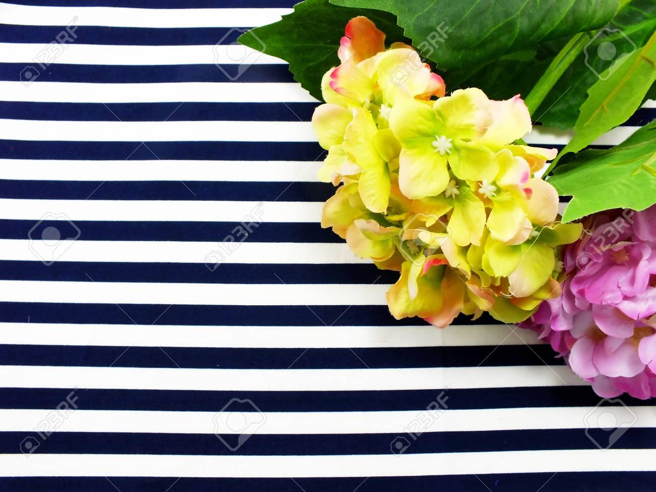 Arreglo De Ramo De Flores Artificiales De Hortensias Ubicado En